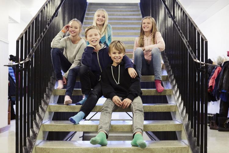 Porträtt av mellanstadieelever i trappa